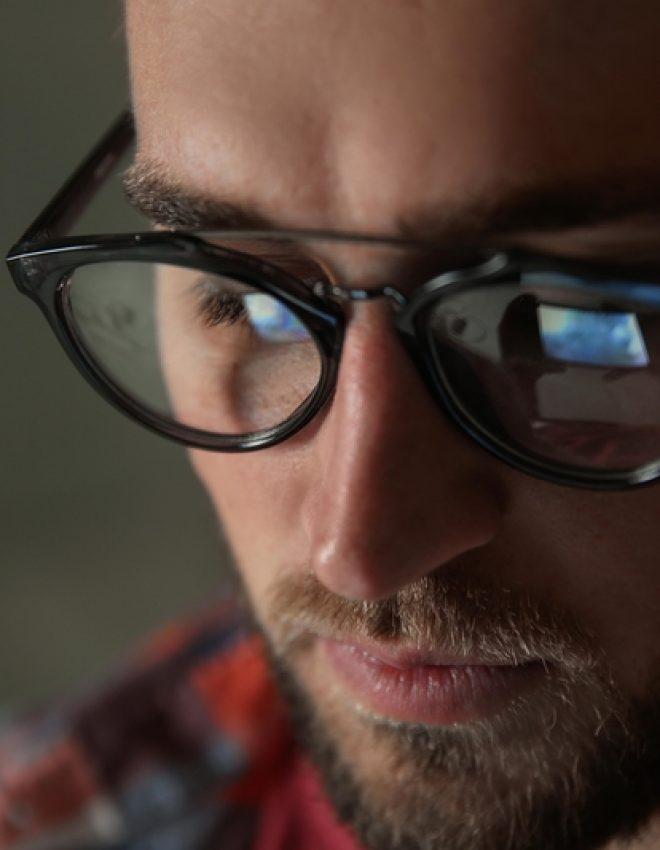 De zelfbewuste stijlvolle man gaat voor een tijdloze bril, altijd! Vijf hippe modellen en soorten brillen!