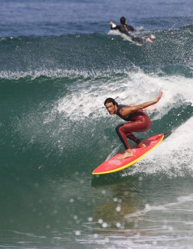 Hoge golven trotseren aan de Franse kust