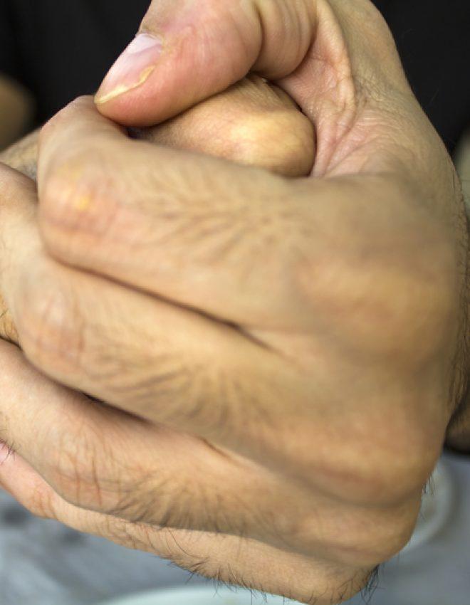 Is vingers knakken schadelijk?