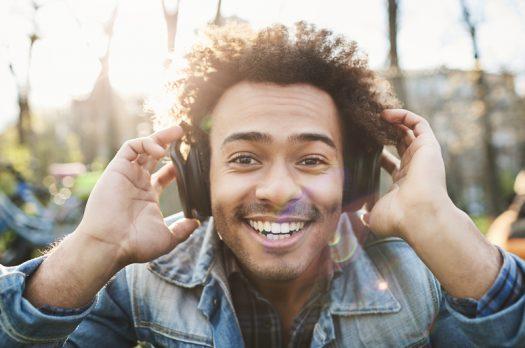 Waarom vrouwen vrolijke mannen aantrekkelijk vinden