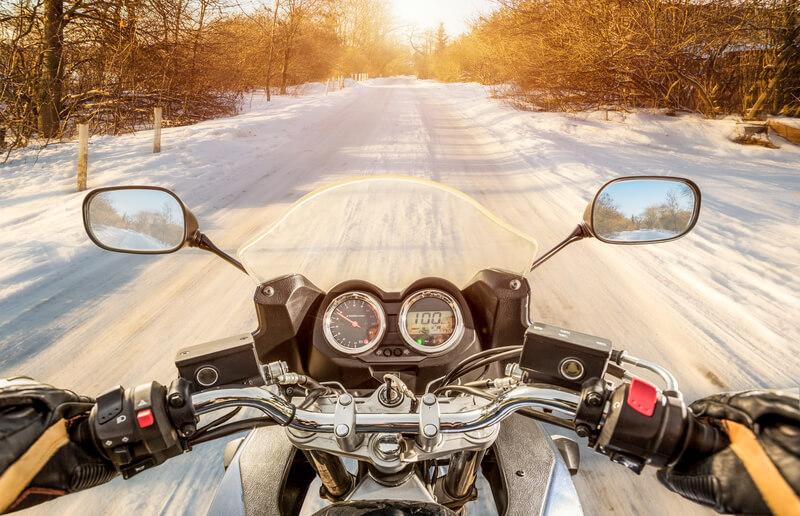 in de winter met de motor naar het werk