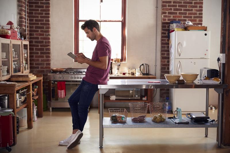 mannen in de keuken