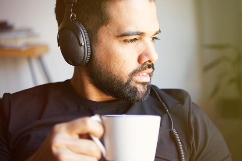 Muziek luisteren met een draadloze headphone