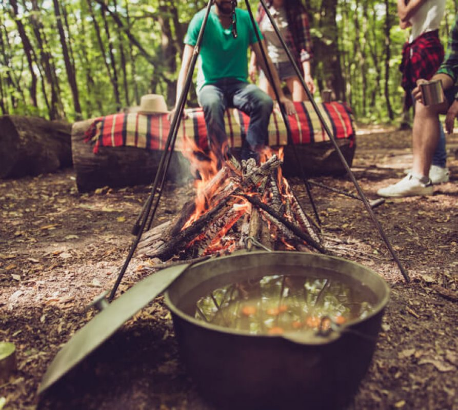 Leuk voor in de herfst en winter – koken boven een kampvuur met een Hongaarse driepoot